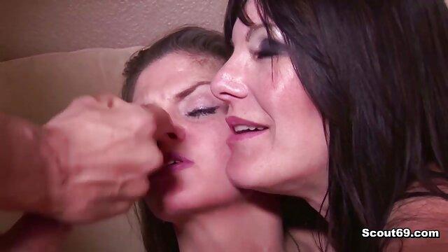 پورنو بدون ثبت نام  سبزه راضی با یک فالوس سیاه در توالت عمومی فیلم های سکسی فول اچ دی